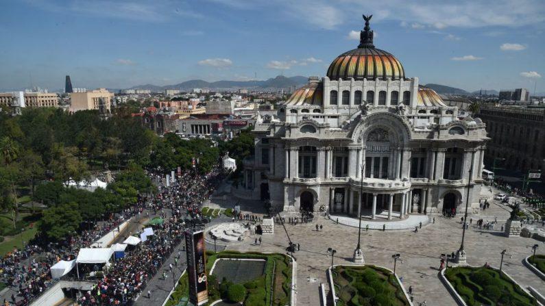 Los fans de la leyenda del canto mexicano José José llegan al Palacio de Bellas Artes de la Ciudad de México el 9 de octubre de 2019 para un memorial en su honor. (RODRIGO ARANGUA/AFP vía Getty Images)