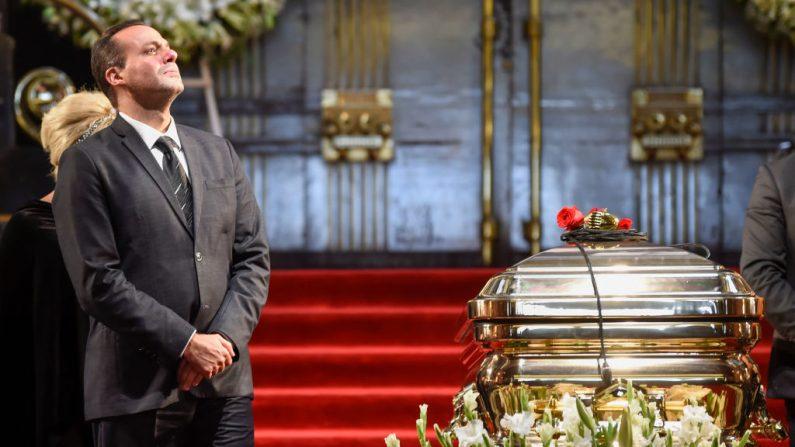 José Joel, hijo del fallecido cantante mexicano José José, junto al ataúd de su padre durante un homenaje en el Palacio de Bellas Artes de la Ciudad de México el 9 de octubre de 2019. (ALFREDO ESTRELLA/AFP vía Getty Images)