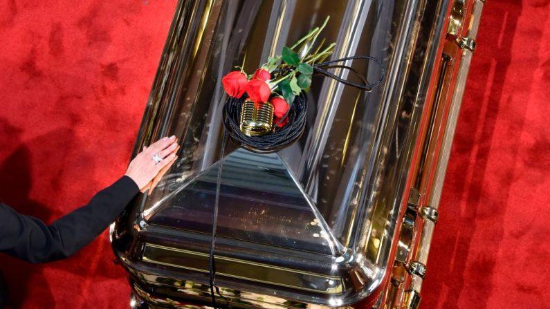 Un micrófono y rosas posados en el ataúd del fallecido cantante mexicano José José durante un homenaje en el Palacio de Bellas Artes de la Ciudad de México el 9 de octubre de 2019. (ALFREDO ESTRELLA/AFP vía Getty Images)