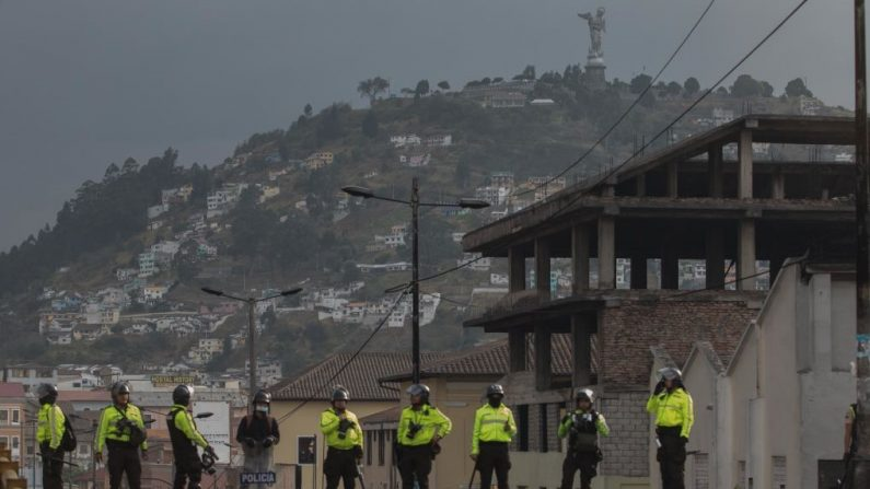 Oficiales de policía se paran en un puente en el centro de Quito durante las protestas contra el gobierno del presidente Lenin Moreno el 9 de octubre de 2019 en Quito, Ecuador. (Jorge Ivan Castaneira Jaramillo/Getty Images)