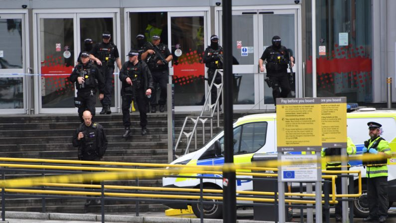 La policía armada rodea el centro comercial Arndale, donde un hombre presuntamente apuñaló a cinco personas el 11 de octubre de 2019 en Manchester, Inglaterra. (Anthony Devlin/Getty Images)
