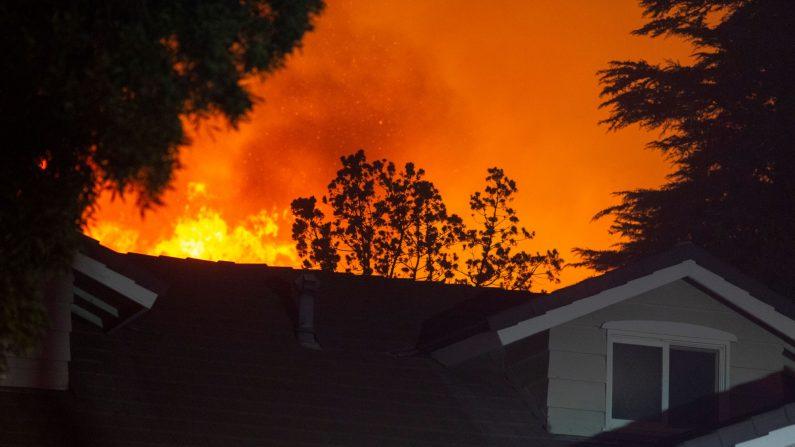 Las llamas del incendio de Saddleridge se acercan a una casa en la sección de Porter Ranch de Los Ángeles, California, en las primeras horas de la mañana del 11 de octubre de 2019. (David McNew/ AFP a través de Getty Images)
