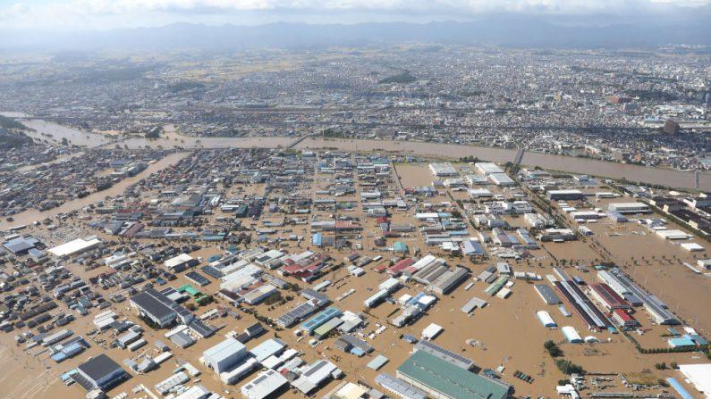 Esta vista aérea muestra un área inundada además del río Abukuma en Koriyama, prefectura de Fukushima, el 13 de octubre de 2019, después de que el tifón Hagibis barriera el centro y el este de Japón. (STR / JIJI PRESS / AFP a través de Getty Images)