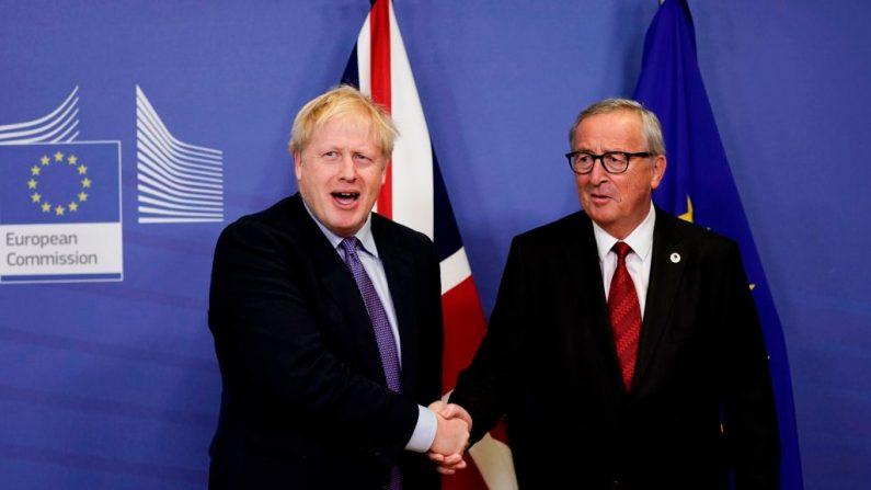 El Primer Ministro británico Boris Johnson (izq.) estrecha la mano del Presidente de la Comisión Europea, Jean-Claude Juncker, mientras se preparan para dar una conferencia de prensa en la Cumbre de la Unión Europea en la sede de la Unión Europea en Bruselas el 17 de octubre de 2019. (KENZO TRIBOUILLARD/AFP vía Getty Images)