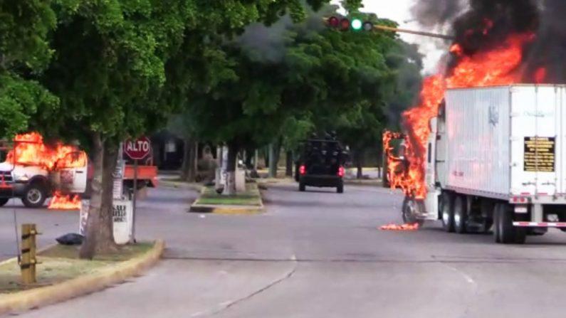 """Camiones arden en una calle de Culiacán, capital del rey narco encarcelado Joaquín """"El Chapo"""" Guzmán, en su estado natal de Sinaloa, el 17 de octubre de 2019. (STR/AFP vía Getty Images)"""