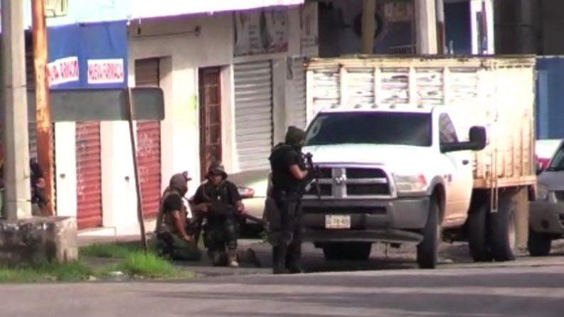 En esta captura de pantalla de AFPTV, hombres armados toman posición en una calle de Culiacán, capital del estado de Sinaloa, el 17 de octubre de 2019. (STR/AFP vía Getty Images)