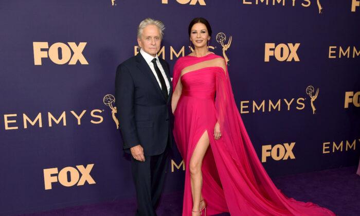 Michael Douglas y Catherine Zeta-Jones asisten a la 71ª edición de los premios Emmy en el Microsoft Theater de Los Ángeles, California, el 22 de septiembre de 2019. (Foto de Matt Winkelmeyer/Getty Images)