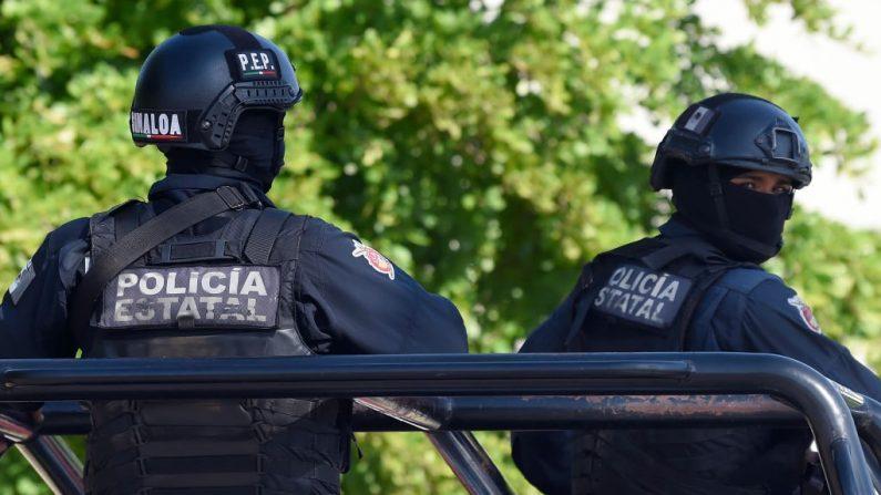 Policías vigilan la zona donde hombres fuertemente armados libraron una batalla total contra las fuerzas de seguridad mexicanas en Culiacán, estado de Sinaloa, México, el 18 de octubre de 2019. (Foto de ALFREDO ESTRELLA/AFP vía Getty Images)