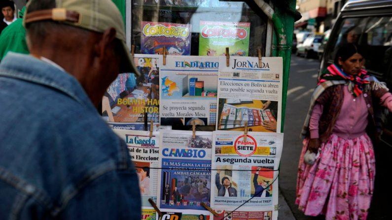 La gente lee las primeras páginas de los periódicos después de las elecciones presidenciales, en La Paz, Bolivia, el 21 de octubre de 2019.(JORGE BERNAL/AFP vía Getty Images)