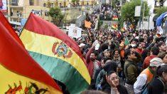 Bolivia: Derriban estatua de Hugo Chávez en medio de las protestas por presunto fraude electoral