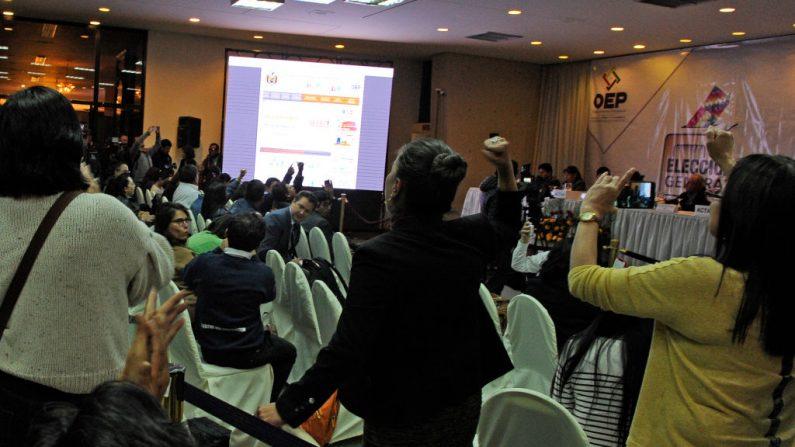 Los delegados electorales del partido del presidente y candidato de Bolivia, Evo Morales, y el de la oposición principal, el ex presidente (2003-2005) Carlos Mesa, se gritan eslóganes dentro del hotel donde el Tribunal Supremo Electoral tiene su sede para contar los votos electorales, en La Paz, el 21 de octubre de 2019. (JORGE BERNAL/AFP vía Getty Images)