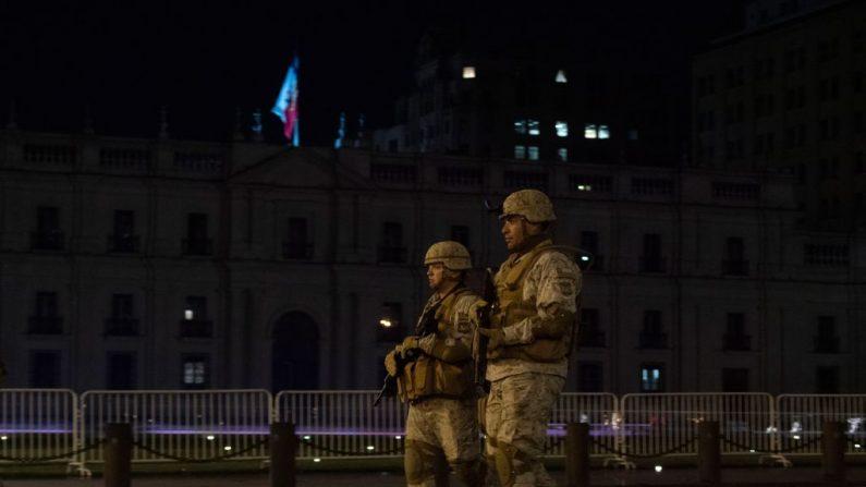 Soldados patrullan los alrededores del palacio presidencial durante el toque de queda en Santiago de Chile el 21 de octubre de 2019. (PEDRO UGARTE/AFP vía Getty Images)