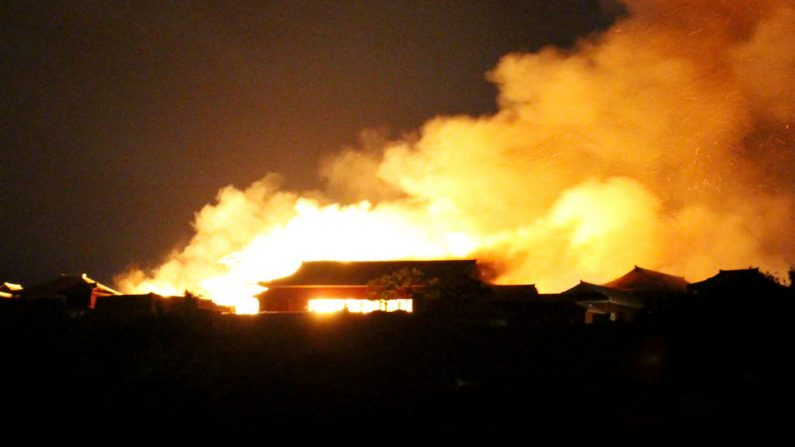 El castillo Shuri envuelto en llamas en Naha, prefectura de Okinawa, sur de Japón, en la mañana del 31 de octubre de 2019. (STR/JIJI PRESS/AFP via Getty Images)