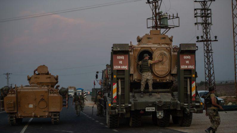 Soldados turcos se preparan para cruzar con tanques la frontera con Siria el 9 de octubre de 2019 en Akcakale, Turquía. (Burak Kara/Getty Images)