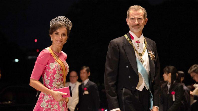 El Rey Felipe de España y su esposa la Reina Letizia de España llegan al Palacio Imperial para los Banquetes de la Corte después de la Ceremonia de Entronización del Emperador Naruhito el 22 de octubre de 2019 en Tokio, Japón. (PIERRE EMMANUEL DELETREE/Pool/Getty Images)