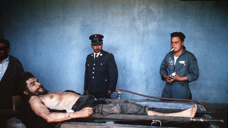 """El cuerpo de Ernesto """"Che"""" Guevara, el guerrillero argentino de los revolucionarios latinoamericanos y otros seis guerrilleros, en exhibición pública el 10 de octubre de 1967 en Vallegrande, Bolivia. (MARC HUTTEN/AFP/Getty Images)"""