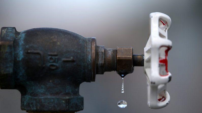 Agua gotea de un grifo en la estación de llenado de agua reciclada del Distrito de Servicios de San Ramón de Dublín (DSRSD) en Pleasanton, California, el 8 de abril de 2015. (Justin Sullivan/Getty Images)