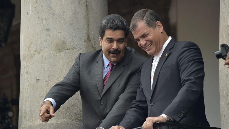Nicolás Maduro (izq.) y Rafael Correa saludan a la multitud desde un balcón del palacio presidencial de Carondelet en Quito, el 21 de septiembre de 2015. (Foto de RODRIGO BUENDIA/AFP/Getty Images)