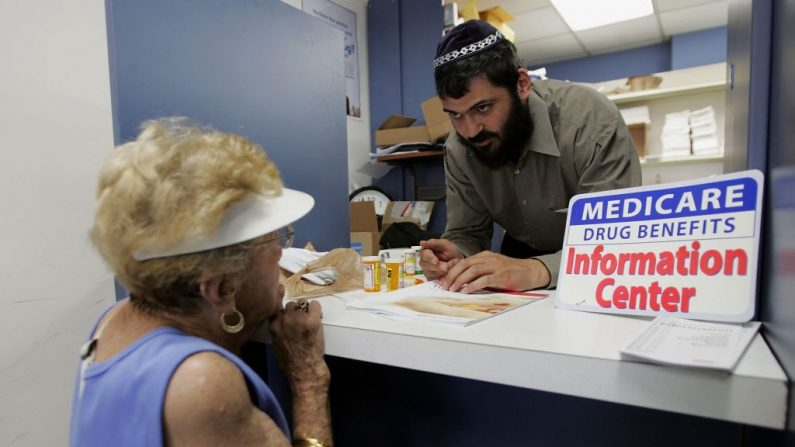 Mujer consulta sobre el Plan de Medicamentos de Medicare en Deerfield Beach, Florida. (Joe Raedle/Getty Images)