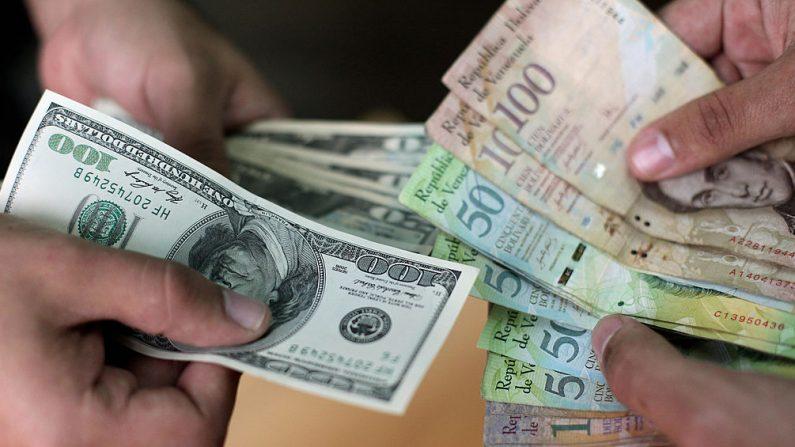 Canje de dólares estadounidenses y bolívares venezolanos. (THOMAS COEX/AFP/Getty Images)