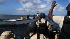 Narcotraficantes rescatan a 3 policías que los perseguían y cayeron al mar