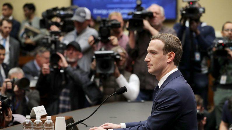 El cofundador, presidente y director ejecutivo de Facebook, Mark Zuckerberg, se prepara para testificar ante el Comité de Energía y Comercio de la Cámara de Representantes en el edificio de oficinas de Rayburn House en Capitol Hill el 11 de abril de 2018 en Washington, DC. (Chip Somodevilla/Getty Images)