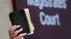 Grupo ateo presenta queja contra jueza que abrazó y dio una biblia a una expolicía condenada