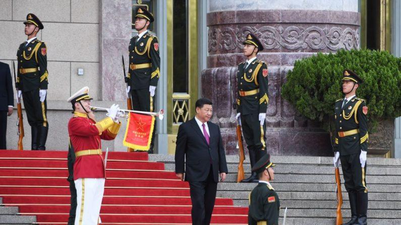 El mandatario chino Xi Jinping llega para una ceremonia de bienvenida en el Gran Salón del Pueblo en Beijing, el 8 de junio de 2018. (GREG BAKER/AFP/Getty Images)