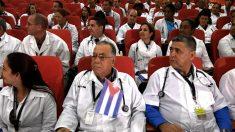Primer grupo de médicos cubanos regresa desde Ecuador tras fin de convenios
