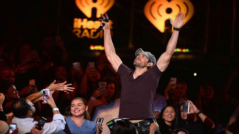 Enrique Iglesias se presenta en el escenario de iHeartRadio Fiesta Latina en el American Airlines Arena el 5 de noviembre de 2016 en Miami, Florida. (GettyImages |  Jason Koerner)