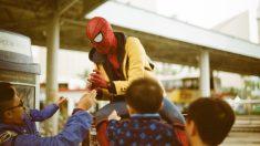Brasileiro se disfarça de homem-aranha em seu último dia de trabalho, e vídeo viraliza