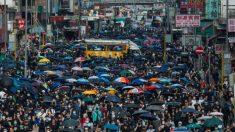 Moradores de Hong Kong marcham apesar das proibições dias após ataque a ativista de destaque