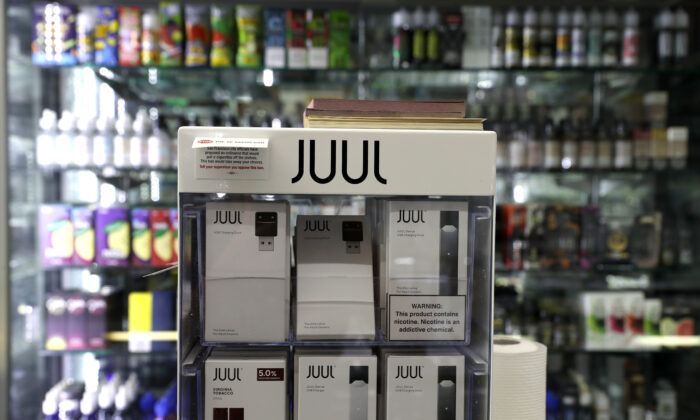 Los cigarrillos electrónicos fabricados por Juul se exhiben en Smoke and Gift Shop el 25 de junio de 2019 en San Francisco, California. (Justin Sullivan / Getty Images)