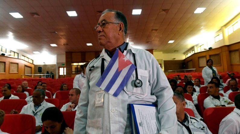 Alrededor de 100 médicos cubanos siguen los procedimientos para comenzar su programa en Kenia el día 11 de junio de 2018 en Nairobi. (SIMON MAINA/ AFP/Getty Images)