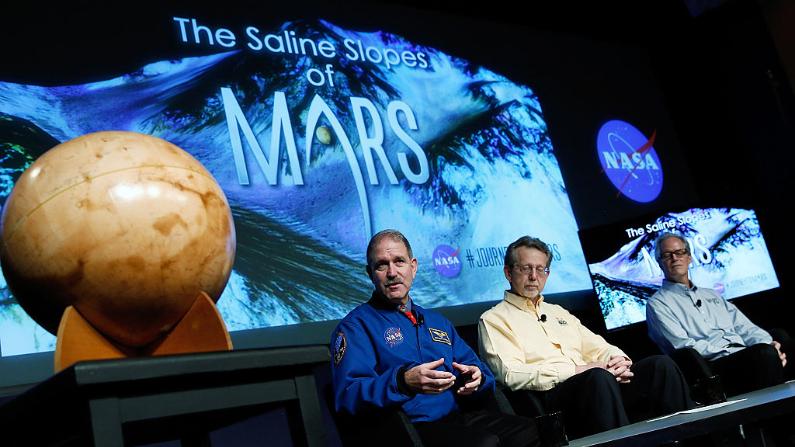 """Conferencia de prensa donde la NASA anunció nuevos hallazgos que proporcionan la """"evidencia más fuerte hasta la fecha"""" de agua líquida salada que existe actualmente en Marte, el 28 de septiembre de 2015 en Washington DC. (Win McNamee/Getty Images)"""