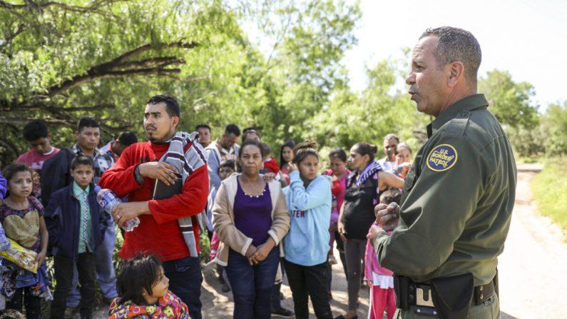 El agente de la Patrulla Fronteriza, Carlos Ruiz, detiene a 35 extranjeros ilegales que cruzaron el Río Grande desde México cerca de McAllen, Texas, el 18 de abril de 2019. (Charlotte Cuthbertson/La Gran Época)