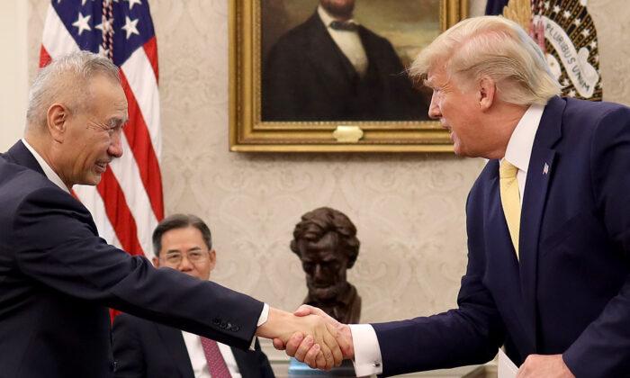 """El presidente Donald Trump estrecha la mano del viceprimer ministro chino Liu He después de anunciar un acuerdo comercial """"fase uno"""" con China en la Oficina Oval de la Casa Blanca el 11 de octubre de 2019 en Washington. (Win McNamee/Getty Images)"""