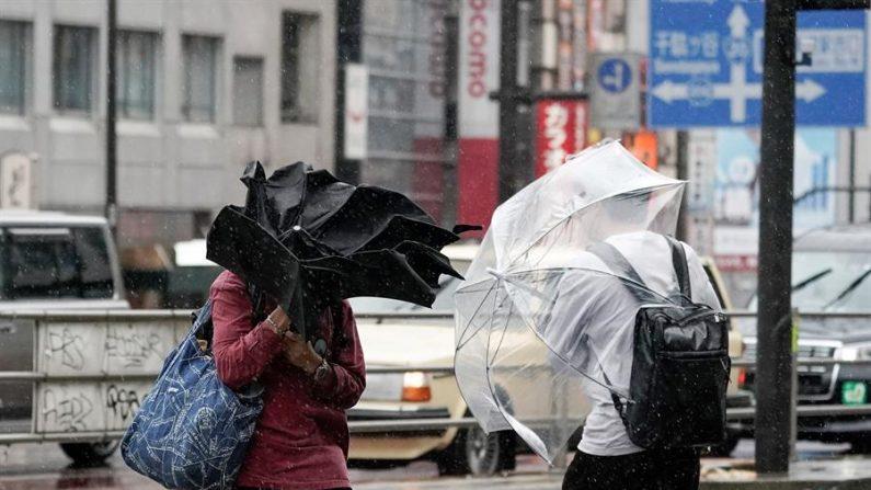 Japón en alerta máxima por la llegada de un tifón que pasará por Tokio. (EFE/EPA/KIMIMASA MAYAMA)