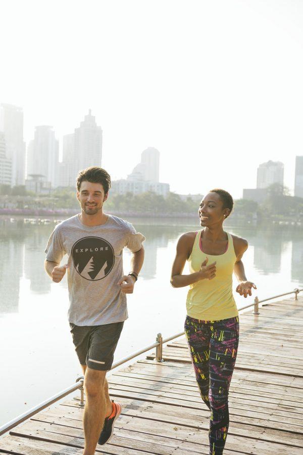 pareja corriendo, haciendo ejercicio