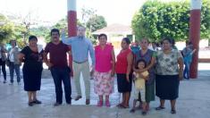 """Alcalde de Chiapas usa una fotografía de sí mismo en tamaño real para """"asistir"""" a eventos públicos"""
