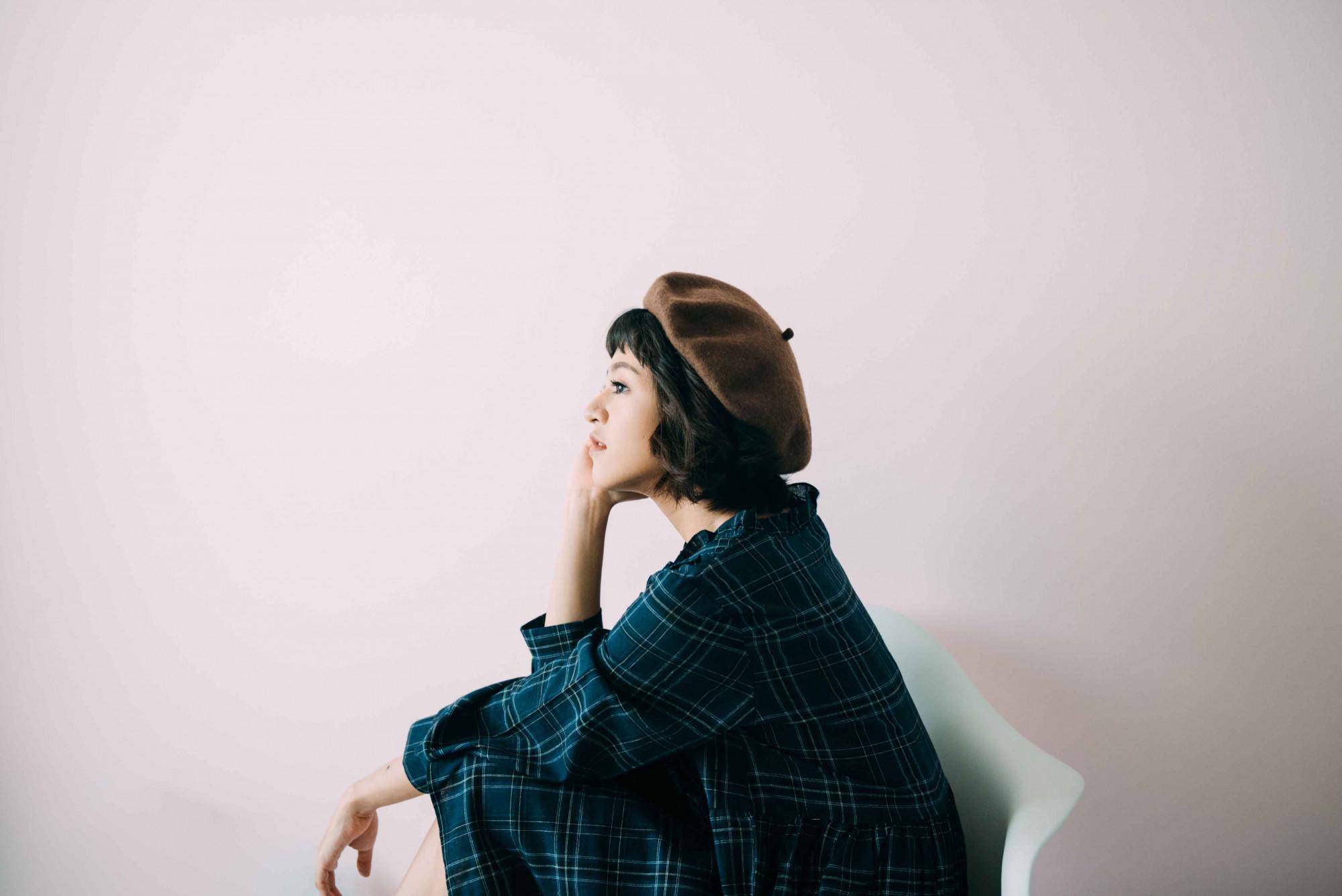 mujer-solitaria-pensativa