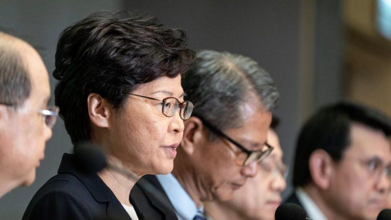 La presidente ejecutiva de Hong Kong, Carrie Lam, habla durante una conferencia de prensa en el Complejo del Gobierno Central en Hong Kong el 4 de octubre de 2019. (Anthony Kwan/Getty Images)