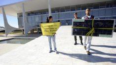 ONG ataca vítimas da poluição nas praias, emporcalhando rua em frente ao Planalto