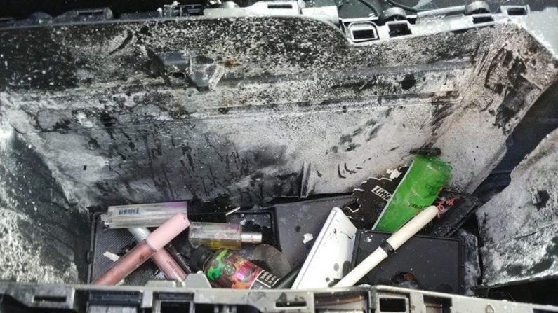 La consola central del coche (o lo que queda de ella) después de que una lata de champú en seco explotara en el coche en un día caluroso (Christine Bader Debrecht/Facebook).