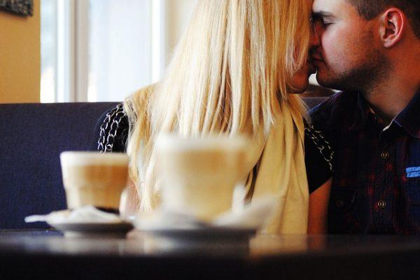 mujer y hombre cita