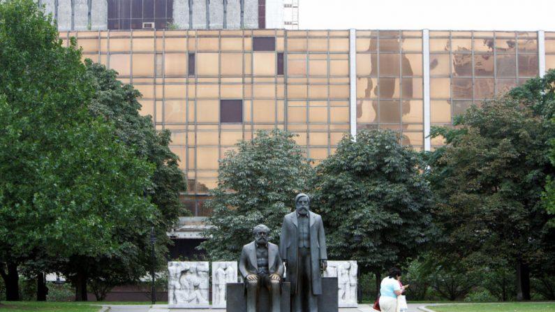 Uma estátua de Karl Marx e Friedrich Engels, os principais teóricos do comunismo, fica em frente ao Palácio da República, o edifício histórico que abrigava o parlamento da Alemanha Oriental em 14 de setembro de 2005 em Berlim (Foto JOHN MACDOUGALL / AFP via Getty Images)