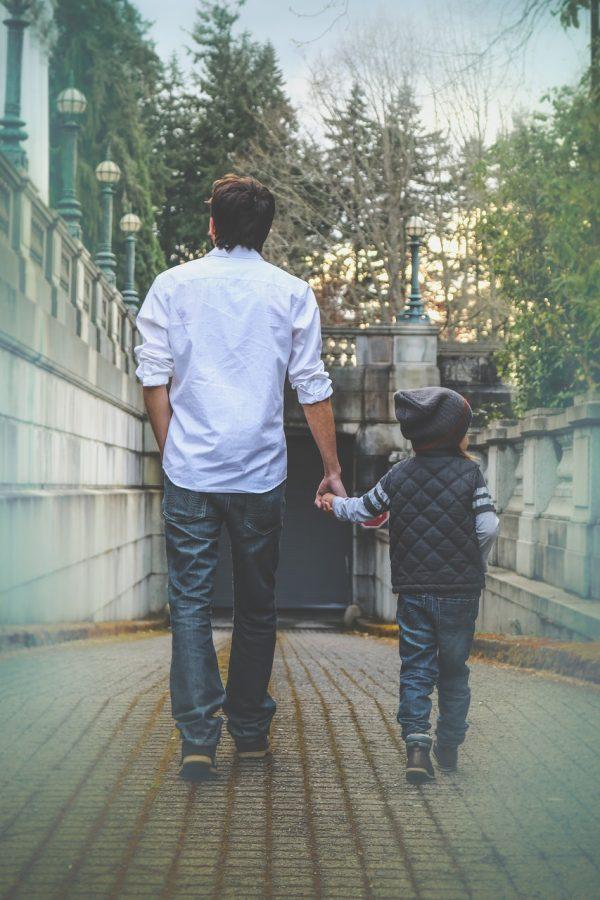papá caminando con hijo
