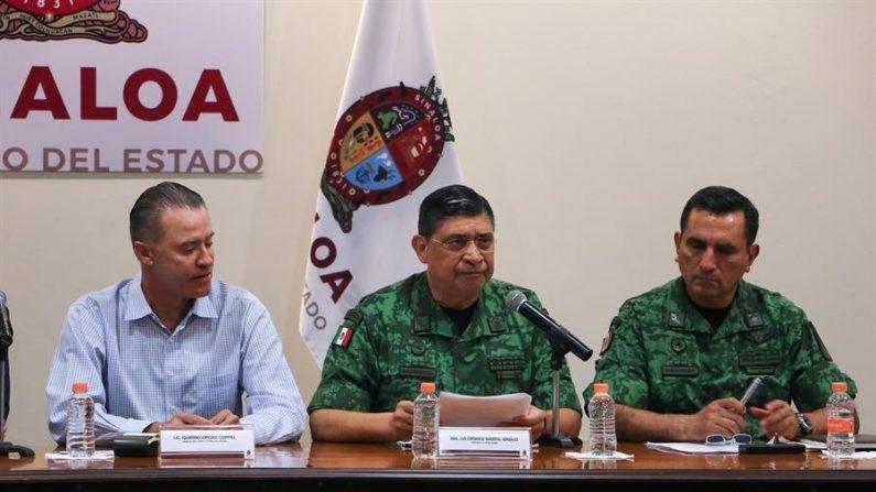 O secretário da Defesa Nacional, Luis Cresencio Sandoval (c), e membros do gabinete de segurança do governo mexicano participam nesta sexta-feira em uma conferência de imprensa na cidade de Culiacán, no estado de Sinaloa, México (EFE / Iván Medina)