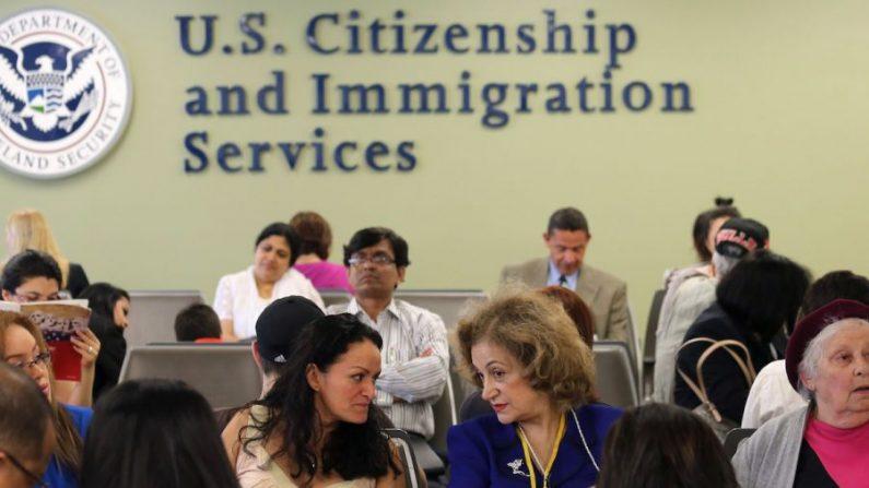 Los inmigrantes esperan su turno para la tarjeta verde y las entrevistas de ciudadanía en la oficina de USCIS. (Foto de archivo de John Moore/Getty Images)
