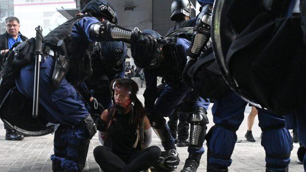 Estudiante de Hong Kong dice que policía la agredió sexualmente luego de arrestarla durante protestas